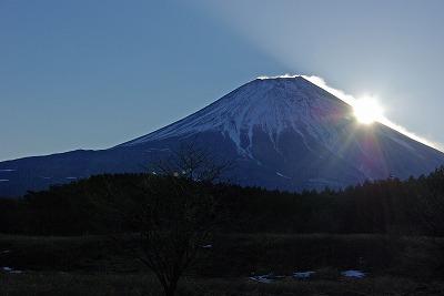 富士に登る朝日